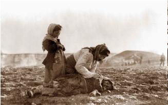 Foto blanco y negro de un grupo de personas en medio de campo  Descripción generada automáticamente