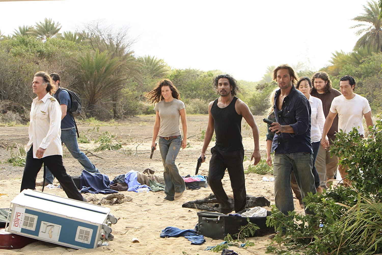 Jeff Fahey, Naveen Andrews, Daniel Dae Kim, Matthew Fox, Jorge Garcia, Josh Holloway, Yunjin Kim, and Evangeline Lilly en Perdidos (2004). IMDB.